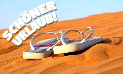 Flip Flops im Sand Urlaubsgrüße